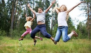 Hoppende børn i skov