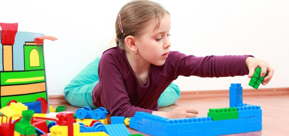 Pige leger med Duplo